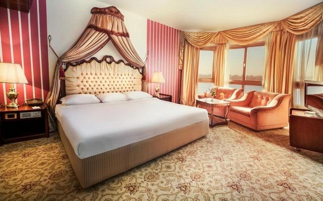 فندق ايزيس يقدّم إطلالات على النيل من خلال نوافذ تمتد من السقف إلى الأرض.