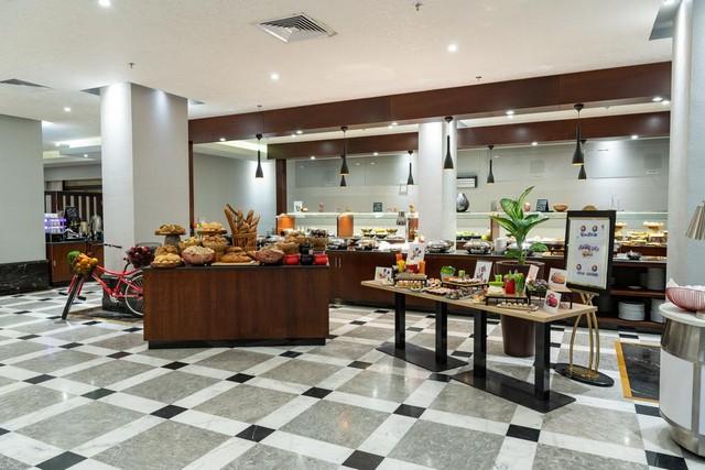 يوفر فندق بارك إن راديسون مكة النسيم مجموعة مُميزة من المأكولات العالمية