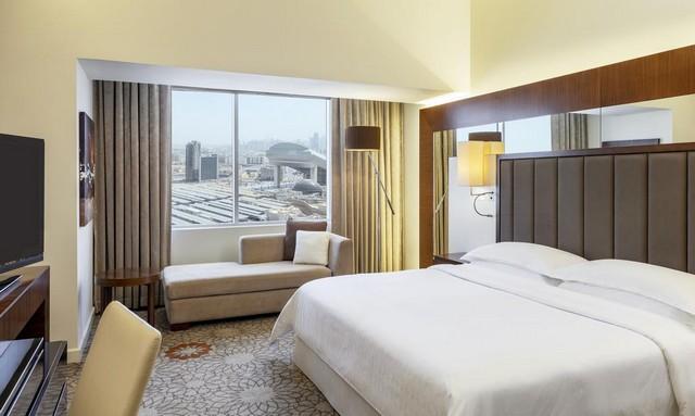 يوفر فندق شيراتون الامارات مول العديد من الغرف العصرية ذات الديكورات الرقيقة