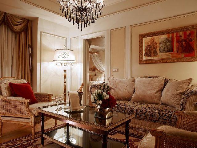 غرفة جلوس بديكورات جميلة في فندق بالزاك