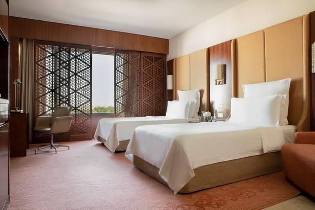 يوفر فندق الجميرا خيارات ترفيه متنوع لذلك هو من افضل المنتجعات بالكويت