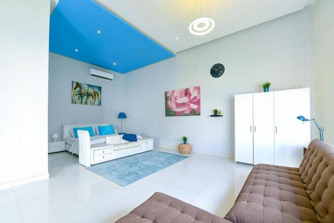 منطقة جلوس وسرير كبير ومُريح في شاليهات فندقية بالرياض