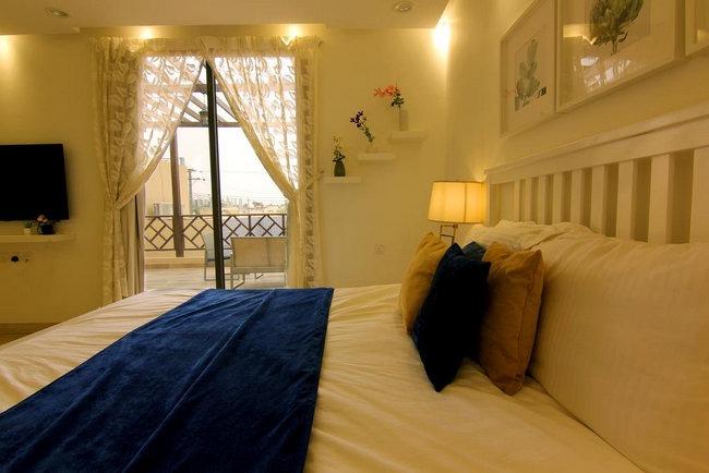 شاليهات فندقية بالرياض تحتوي على غُرف أنيقة بها تراس رائع