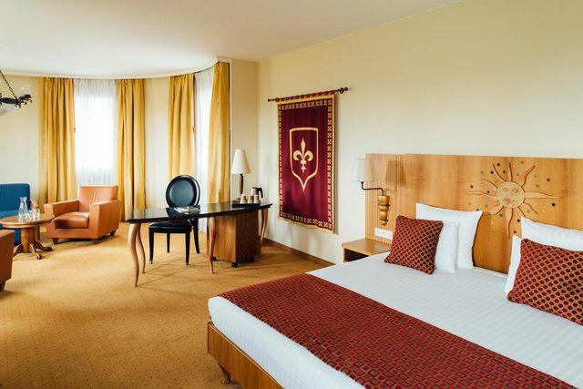 كما يُقدّم فندق دريم كاسل ديزني لاند باريس حجرات مكسوة بالسجاد ومؤثثة بذوق رفيع