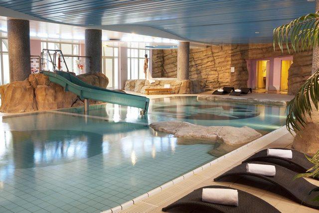 يوفّر فندق دريم كاسل ديزني لاند باريس مسبحاً بمياه دافئة وألعاب مائية