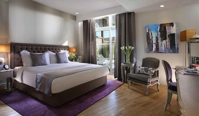 تتميّز فنادق شارع صاري بألوان غُرفها المُميّزة