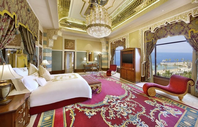 يرغب العديد من السيّاح الإقامة في أحد فنادق جدة على الكورنيش وذلك بفضل المرافق الفاخرة التي توفرها لهم