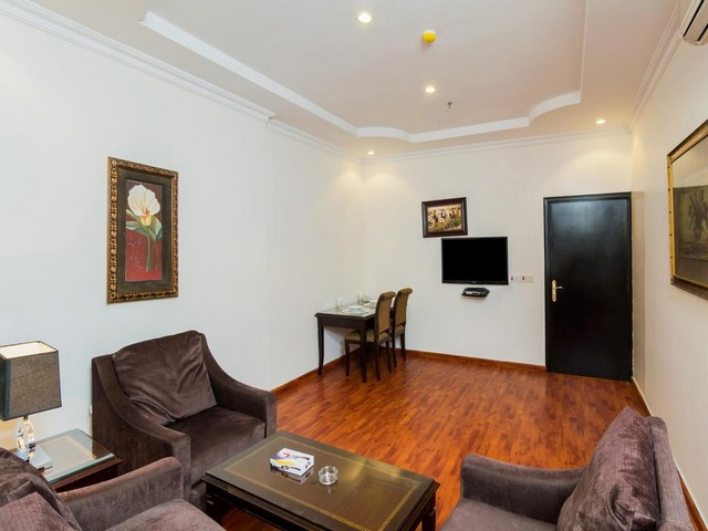 غرفة جلوس في أحد أجمل فنادق طريق الملك فهد بالرياض
