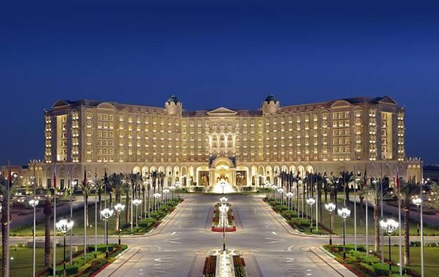 يُعد فندق الريتز كارلتون الرياض اجمل منتجعات فخمة بالرياض لكونه يضم العديد من المرافق الخدمية والترفيهية