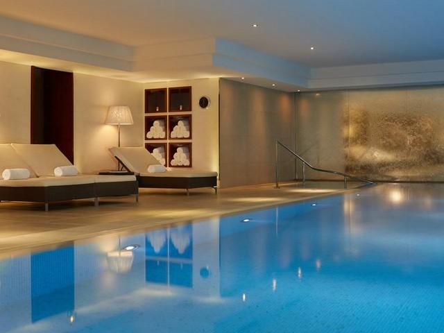 مسبح مميز يقع في فندق ماجستيك في باريس