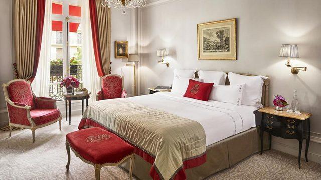 فندق بلازا أتينيه باريس هو تعريف للفخامة المتجسّدة في هذا المكان