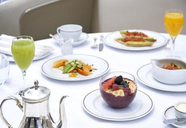 يُقدّم فندق بلازا أتينيه باريس فطور مميز كل صباح