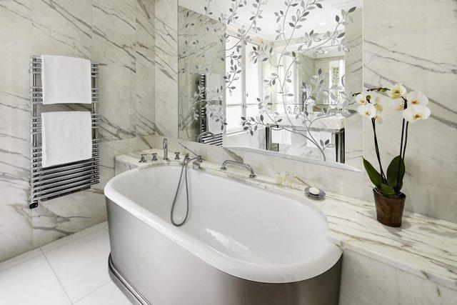 ستعيش تجربة مميزة في حجرات فندق بلازا أتينيه باريس