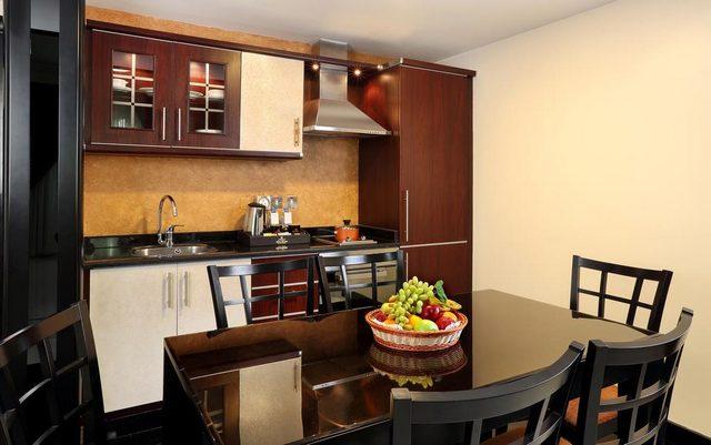 فندق رويال جراند الشارقة تأتي شققه مع مطابخ مجهّزة بعناية