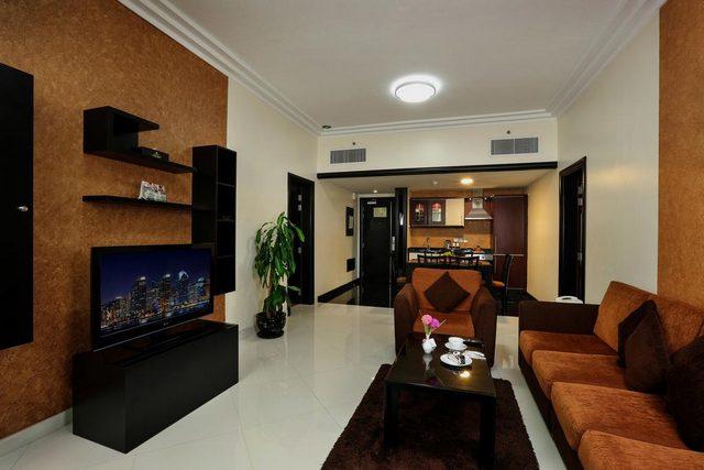 فندق رويال جراند الشارقة يزودك بمكان معيشة جميل وبالوان دافئة