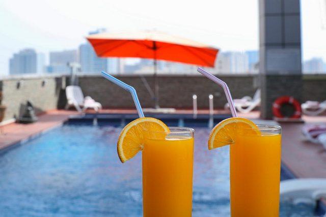 المسبح على سطح فندق رويال جراند الشارقة باطلالة خلابة