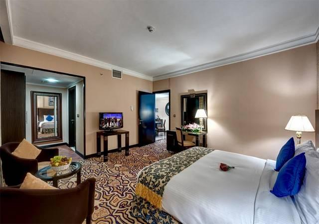 يُعد   فندق قصر الشارقة  أرقى الفنادق في الشارقة لكونها تضم العديد من المرافق الخدمية والترفيهية