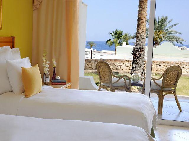 إطلالة غرفة قياسية في فندق رينيسانس شرم الشيخ من بين فنادق هضبة ام السيد شرم الشيخ