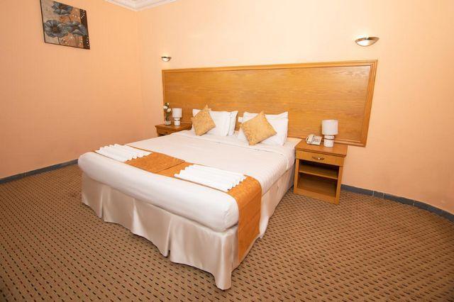 تتميّز غرف فندق سنود العزيزية بمساحتها الواسعة وألوانها الراقية