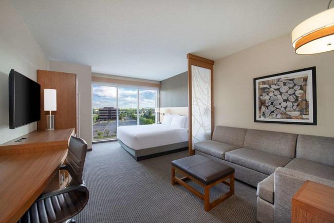 منطقة جلوس مُريحة في غُرف بإطلالة رائعة من افضل الاماكن للسكن في لندن