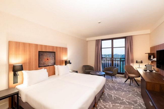 منطقة جلوس وشُرفة بإطلالة مُميّزة من أحد افضل فنادق ديزني لاند باريس