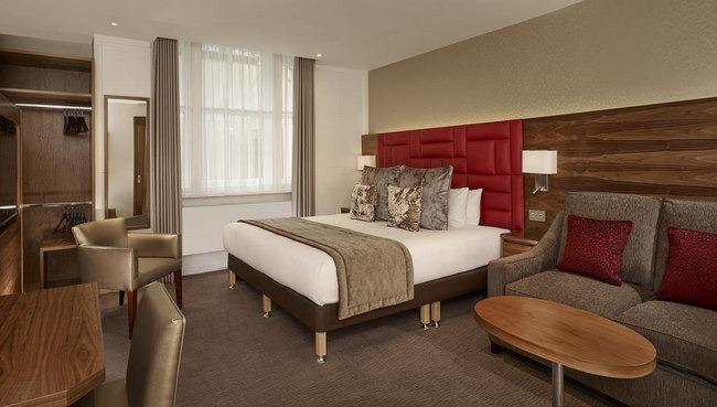 أسّرة كبيرة ومنطقة جلوس رائعة في افضل فنادق لندن في شارع العرب