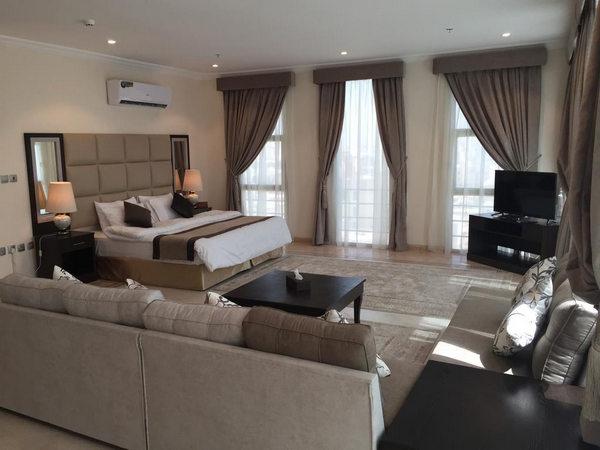 منطقة جلوس فخمة وشاشة تلفاز في ارخص شقق مفروشة في جدة