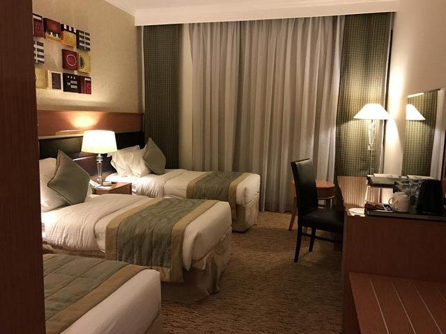 يضمُّ فندق الانصار بالمدينة غرفاً تناسب احتياجات الزوّار أيّاً تكن
