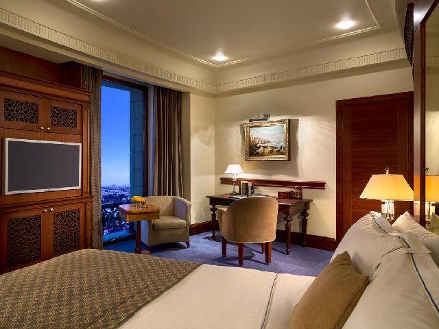 أحد غرف مجموعة فنادق بجده مطله على البحر وهو فندق روز وود جدة