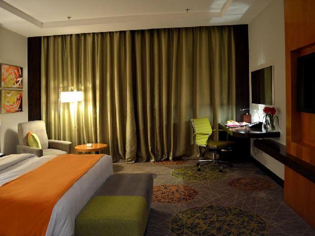فندق هوليدي ان بوابة جدة هو فندق في جده قريب من الاسواق
