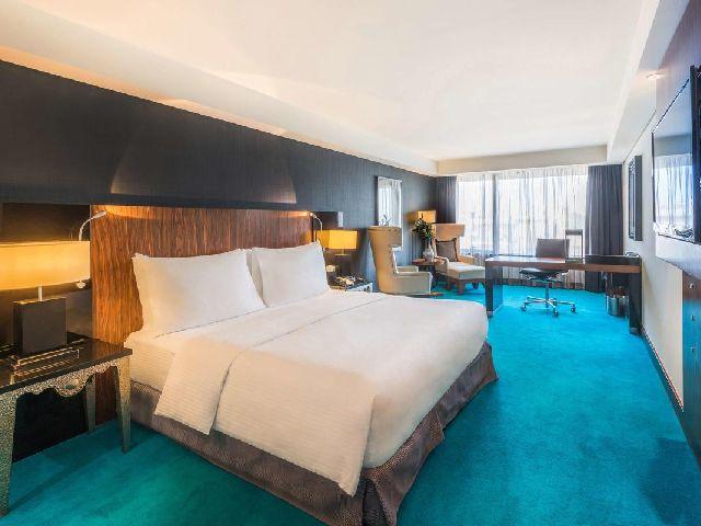 غرفة قياسية في أحد فنادق قائمة افضل فندق بالكويت للمعاريس  وهو فندق فندق راديسون بلو الكويت