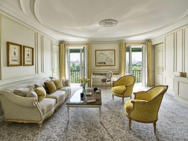 تتمتّع غُرف فندق موريس باريس بإطلالات رائعة.