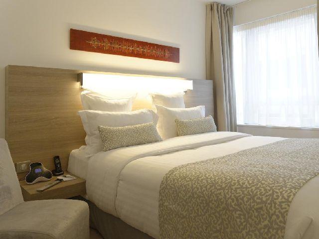 غرفة قياسية في أحد فنادق قائمة فندق في باريس قريب من الشانزليزيه