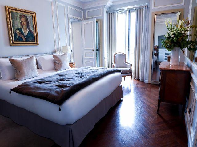 فخامة أحد غرف فندق لانكستر باريس بين فنادق باريس القريبه من الشانزليزيه