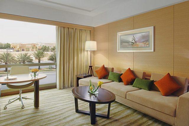 فندق هيلتون الرياض مصنف 4 نجوم لكن الخدمة هي من الأفضل والأفخم والمكان ككل من أجمل فنادق الرياض