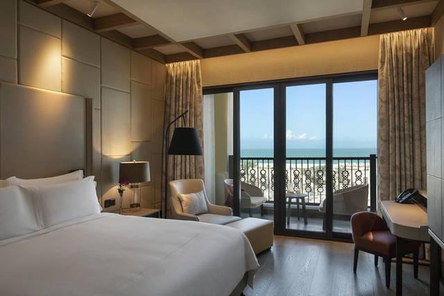 يُعد فندق روتانا السعديات من افضل منتجعات ابوظبي لإطلالته الخلابة