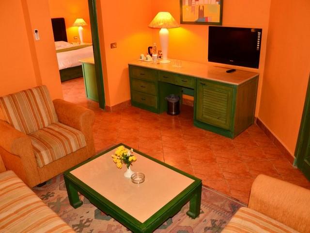 تضم أماكن إقامة فندق ارابيا ازور ريزورت الغردقة غرف معيشة بمساحات جيدة و تحتوي جميع المعدات الأساسية الحديثة