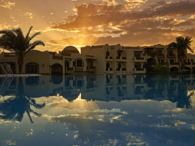 منظر غروب الشمس من فندق دوار العمدة في الجونة