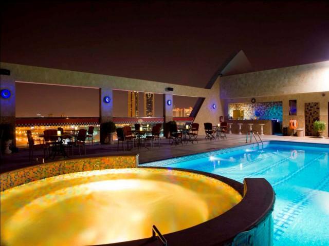 يضم فندق إليت جراند البحرين مسابح خارجية