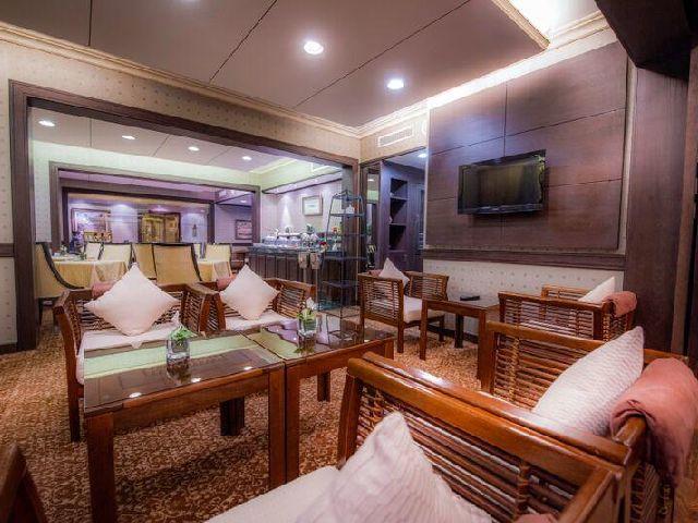 مكان للجلوس بجانب البوفيه في فندق جولدن توليب البحرين