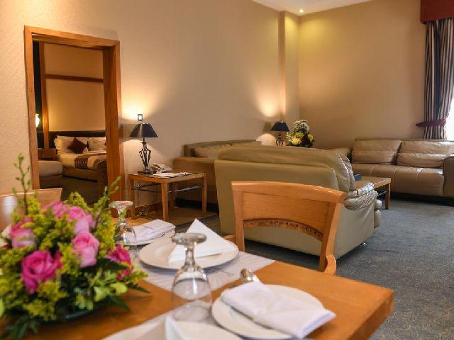 صالة مشتركة للجلوس فيها في داخل فندق الجفير جراند