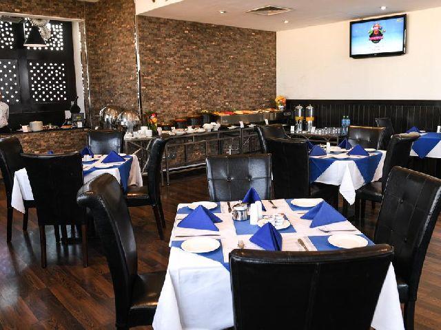 مكان تناول الطعام في فندق الجفير جراند المخصص للأفراد والعائلات
