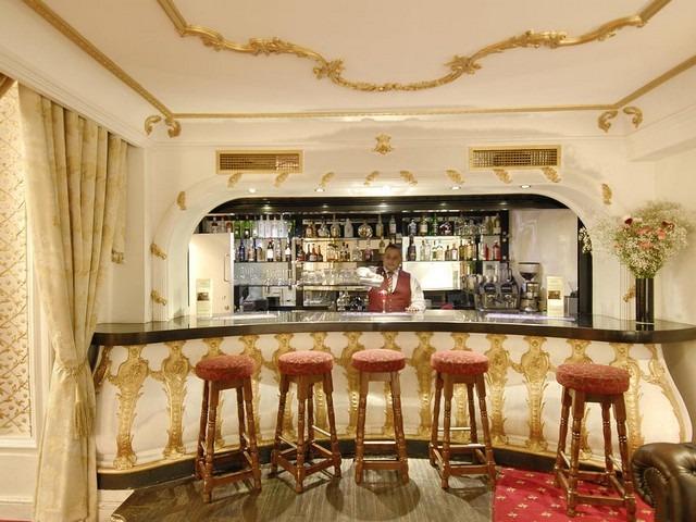 يقدم بار فندق جراند رويال هايد بارك افضل المشروبات والكوكتيلات العالمية