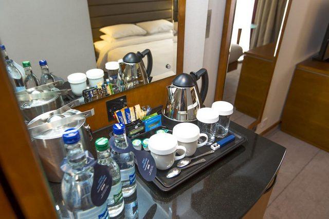 كل غرفة من غرف فندق هيلتون لندن كنسينغتون مزودة بميني بار ومرافق الشاي والقهوة