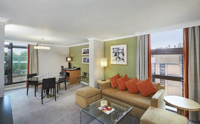 بعض غرف فندق هيلتون لندن كنسينغتون تملك حيز للجلوس ومطبخ صغير مجهز
