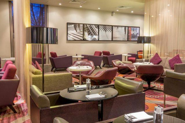 يضم فندق هيلتون لندن كنسينغتون أيضاً مطعماً ومقهى مميز