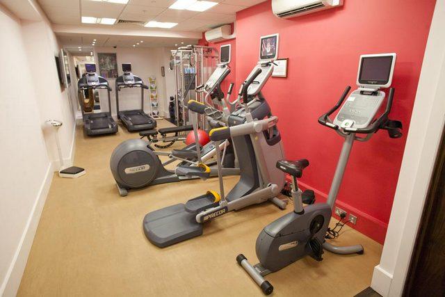 يمتلك تقرير عن فندق هيلتون اولمبياد لندن مركز للياقة البدنية مجهز بأجهز رياضية حديثة