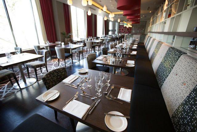 كما يتيح تقرير عن فندق هيلتون اولمبياد لندن لزوّاره وجبات طعام انكليزية في مطعم سوشيتي
