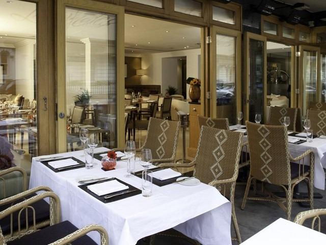 يوفر فندق جميرا لاوندز مطعم للمأكولات العالمية