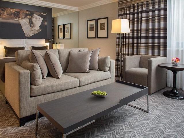 يوفر فندق جميرا لاوندز أماكن إقامة فسيحة بأثاث مُريح